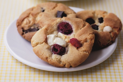rasberry and white choc cookies plate