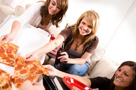 girls_eating_pizza_1
